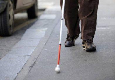 Un aveugle escroque 7 millions et se cache dans une auberge avec des prostitués